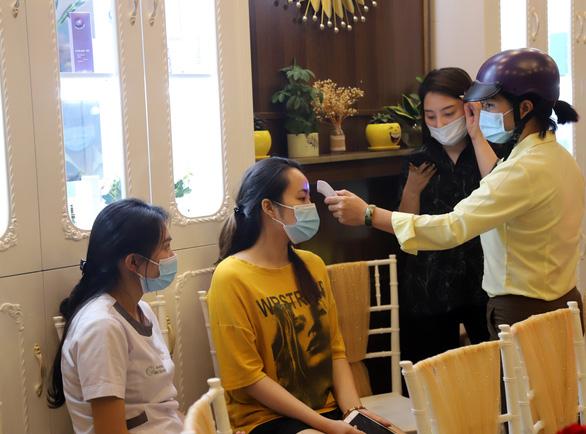 Phạt tiền, rút giấy phép thẩm mỹ viện Minh Châu Asian khai trương không phép, tấn công phóng viên - Ảnh 2.