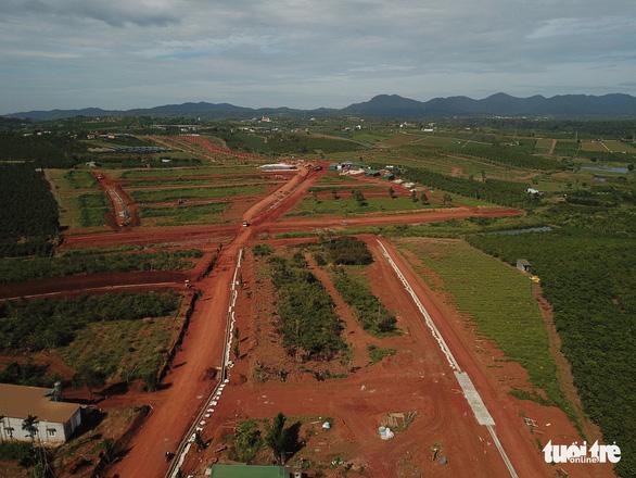Tạm đình chỉ 3 cán bộ TP Bảo Lộc liên quan hiến đất mở đường rầm rộ - Ảnh 2.