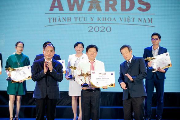 Bác sĩ Tú Dung nhận cúp vàng Thành tựu y khoa Việt Nam 2020 - Ảnh 1.