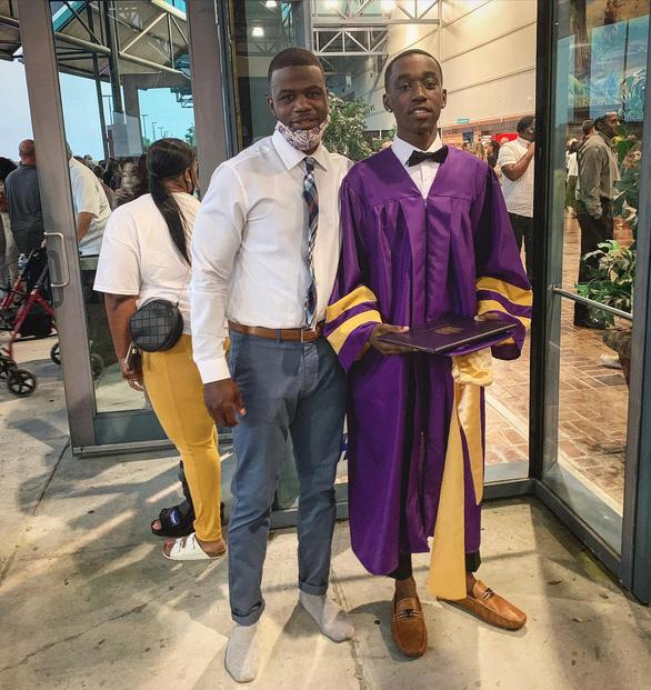 Nam sinh suýt lỡ lễ tốt nghiệp vì không có giày mang - Ảnh 1.