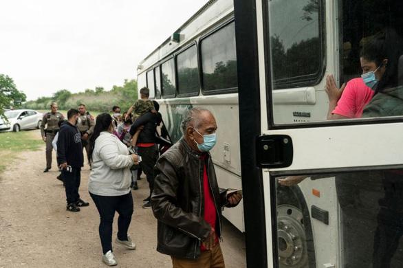 Mỹ hủy bỏ chương trình nhập cư ở lại Mexico - Ảnh 1.