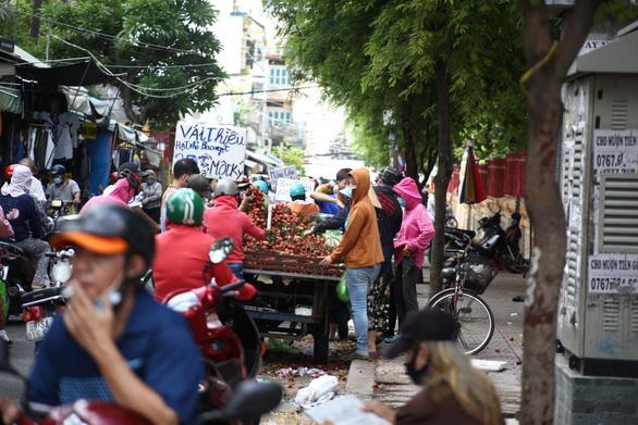 Nhiều chợ tự phát ở TP.HCM vẫn đông đúc dù có lệnh cấm - Ảnh 4.