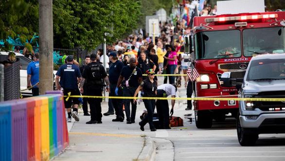 Mỹ: xe bán tải lao vào đoàn diễu hành LGBT, 1 người chết - Ảnh 4.