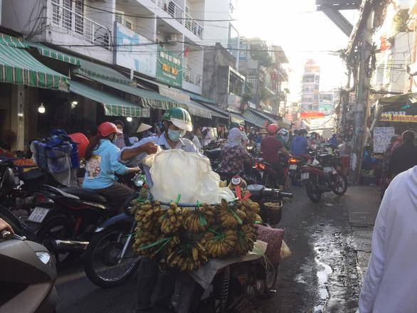 Nhiều chợ tự phát ở TP.HCM vẫn đông đúc dù có lệnh cấm - Ảnh 2.
