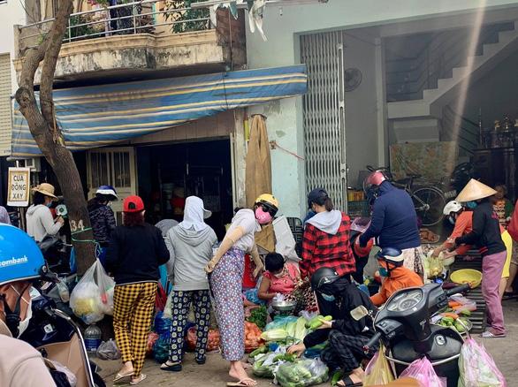 Nhiều chợ tự phát ở TP.HCM vẫn đông đúc dù có lệnh cấm - Ảnh 5.