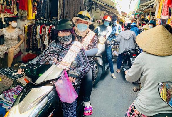 Nhiều chợ tự phát ở TP.HCM vẫn đông đúc dù có lệnh cấm - Ảnh 6.