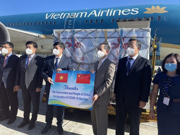 500.000 liều vắc xin từ Trung Quốc đã về tới sân bay Nội Bài - Ảnh 1.