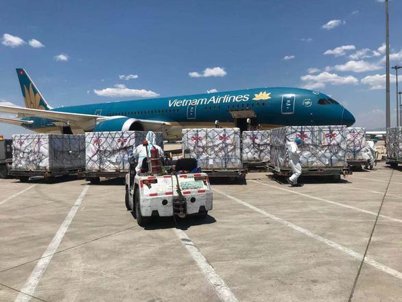 500.000 liều vắc xin từ Trung Quốc đã về tới sân bay Nội Bài - Ảnh 4.