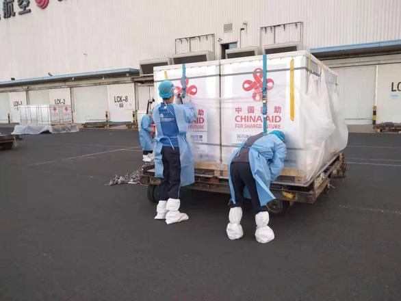 500.000 liều vắc xin từ Trung Quốc đã về tới sân bay Nội Bài - Ảnh 3.