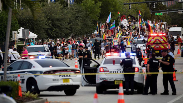 Mỹ: xe bán tải lao vào đoàn diễu hành LGBT, 1 người chết - Ảnh 1.