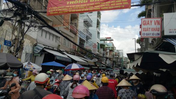 Nhiều chợ tự phát ở TP.HCM vẫn đông đúc dù có lệnh cấm - Ảnh 3.