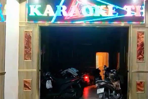 Quán karaoke bên ngoài cửa đóng then cài, bên trong nhân viên múa thoát y - Ảnh 1.