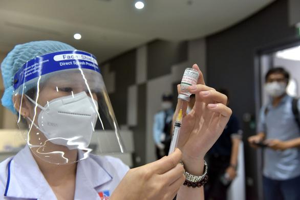 Mỗi ngày TP.HCM nỗ lực tiêm vắc xin cho 200.000 người - Ảnh 2.