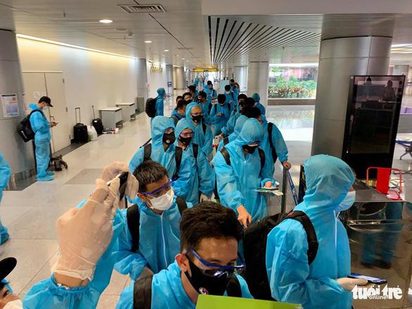 Hai người trên chuyến bay chở tuyển Việt Nam về nước mắc COVID-19 - Ảnh 1.