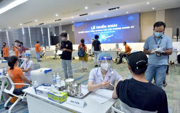 Mỗi ngày TP.HCM nỗ lực tiêm vắc xin cho 200.000 người - Ảnh 4.