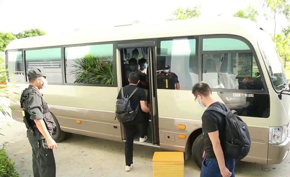 12 cán bộ, chiến sĩ công an phải cách ly sau khi trục xuất 1 người Trung Quốc nhiễm COVID-19 - Ảnh 2.