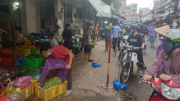 Chợ tự phát đã bớt đông, người mua tràn qua chợ truyền thống, siêu thị - Ảnh 10.