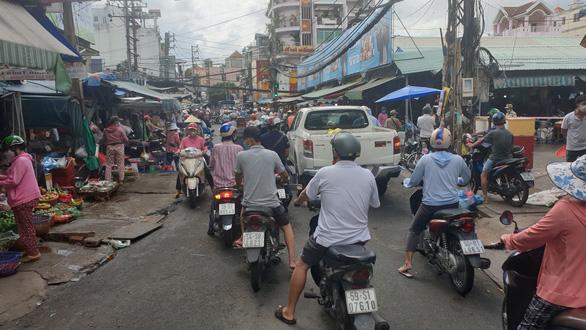 Chợ tự phát đã bớt đông, người mua tràn qua chợ truyền thống, siêu thị - Ảnh 8.