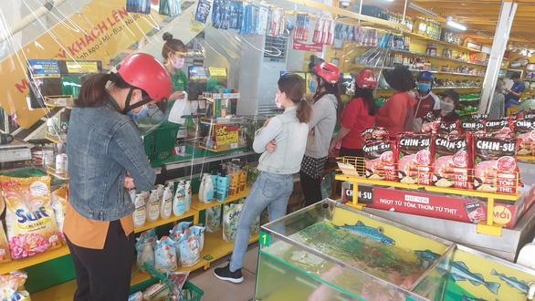 Chợ tự phát đã bớt đông, người mua tràn qua chợ truyền thống, siêu thị - Ảnh 11.