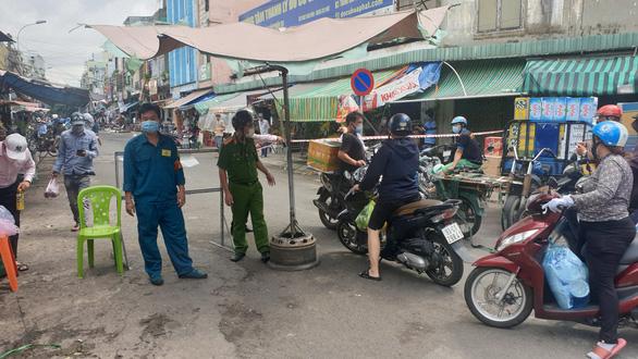 Chợ tự phát đã bớt đông, người mua tràn qua chợ truyền thống, siêu thị - Ảnh 5.