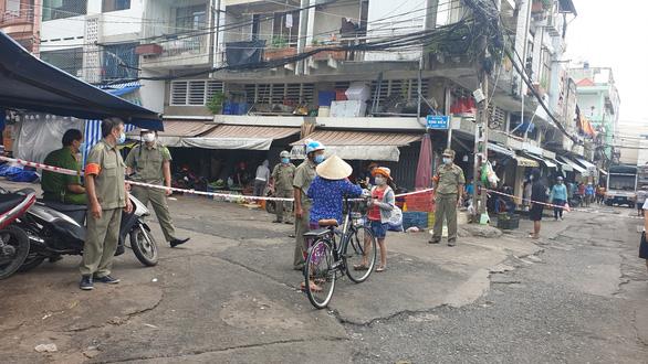 Chợ tự phát đã bớt đông, người mua tràn qua chợ truyền thống, siêu thị - Ảnh 7.