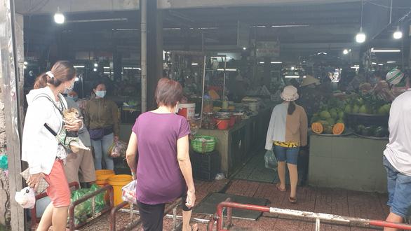 Chợ tự phát đã bớt đông, người mua tràn qua chợ truyền thống, siêu thị - Ảnh 9.