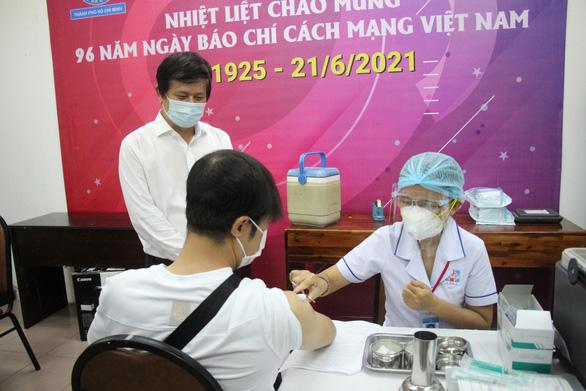 Các nhà báo TP.HCM được tiêm vắc xin COVID-19 - Ảnh 2.