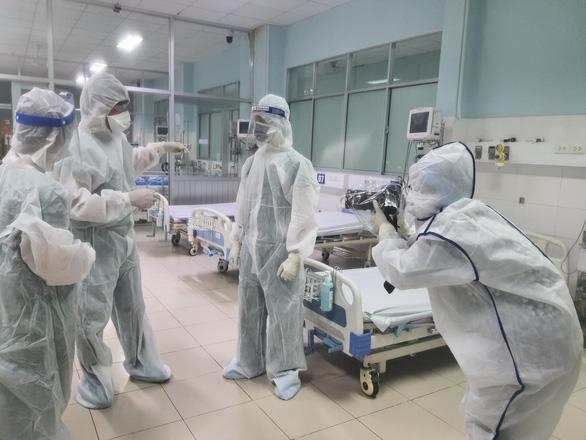 Chiều 21-6: Cả nước thêm 135 ca mắc COVID-19; Bộ Y tế tặng bằng khen nhà báo tác nghiệp ở tâm dịch - Ảnh 1.