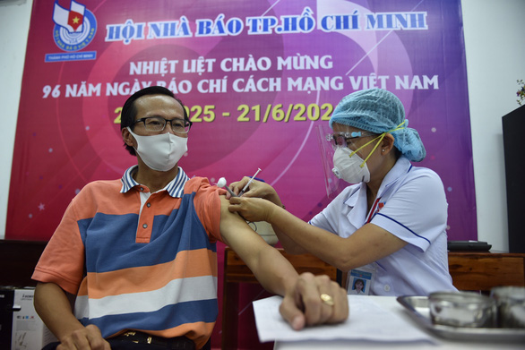 Các nhà báo TP.HCM được tiêm vắc xin COVID-19 - Ảnh 1.