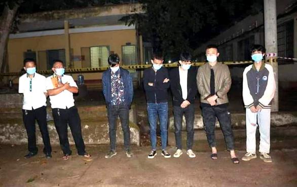 Khởi tố 2 người lái taxi chở 5 người Trung Quốc tính vượt biên qua Campuchia - Ảnh 2.