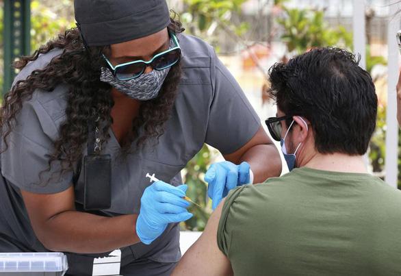 Mỹ: Số ca chết vì COVID chỉ còn dưới 300 nhờ tiêm vắc xin nhiều - Ảnh 1.