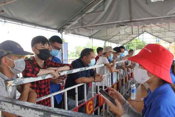 Ùn ứ xe tải tại chốt kiểm soát dịch ở Đà Nẵng - Ảnh 2.