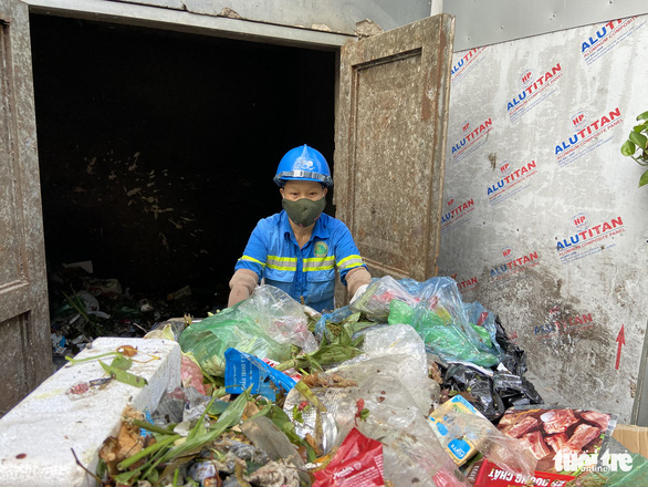 Công nhân môi trường bị nợ lương phải lượm ve chai kiếm sống đã được trả một phần lương - Ảnh 3.