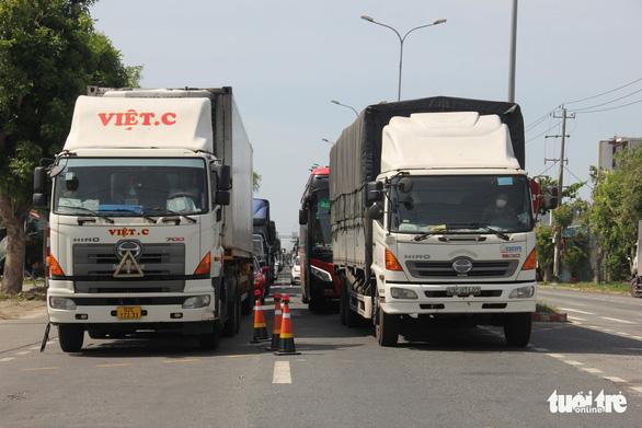 Ùn ứ xe tải tại chốt kiểm soát dịch ở Đà Nẵng - Ảnh 1.