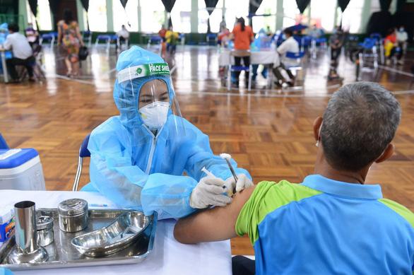 Người bị thấp khớp, bệnh tự miễn dịch... có nên tiêm vắc xin COVID-19? - Ảnh 1.