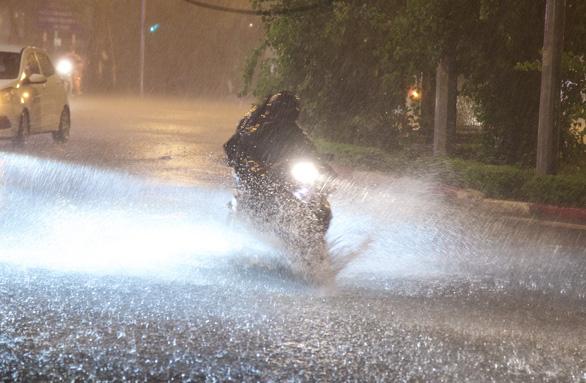 Hà Nội mưa đêm mù trời, nhiều đường ngập sâu - Ảnh 1.