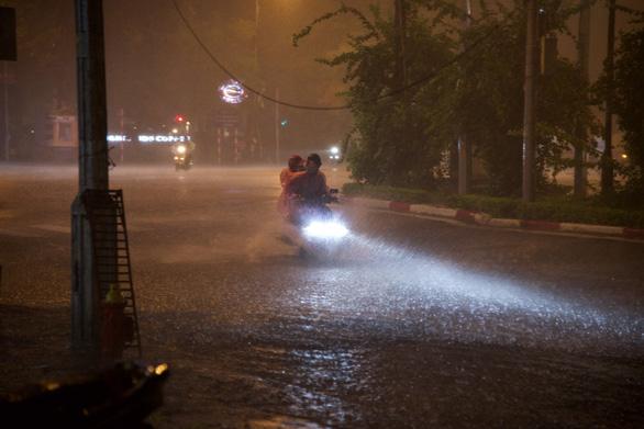 Hà Nội mưa đêm mù trời, nhiều đường ngập sâu - Ảnh 3.