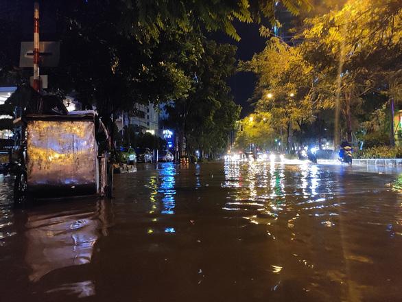 Hà Nội mưa đêm mù trời, nhiều đường ngập sâu - Ảnh 4.