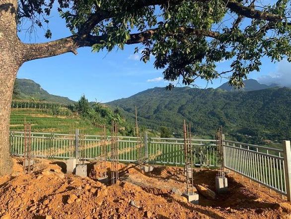 Lào Cai dỡ bỏ công trình đang thi công chòi ngắm cảnh ở cây song song Y Tý - Ảnh 1.