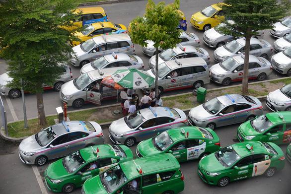 TP.HCM cho phép 400 xe taxi hoạt động để chở dân đến bệnh viện - Ảnh 1.