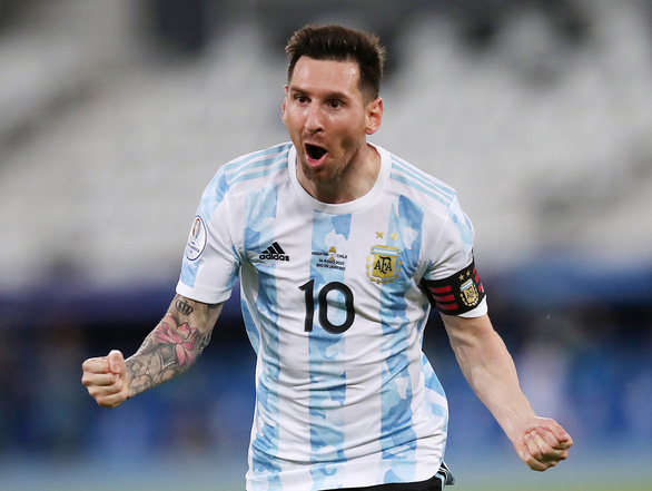 Messi đồng ý ở lại Barca và giảm lương - Ảnh 1.