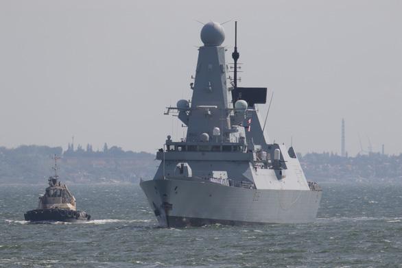 Nga nói bắn cảnh cáo tàu chiến Anh trên Biển Đen, Anh phủ nhận - Ảnh 1.