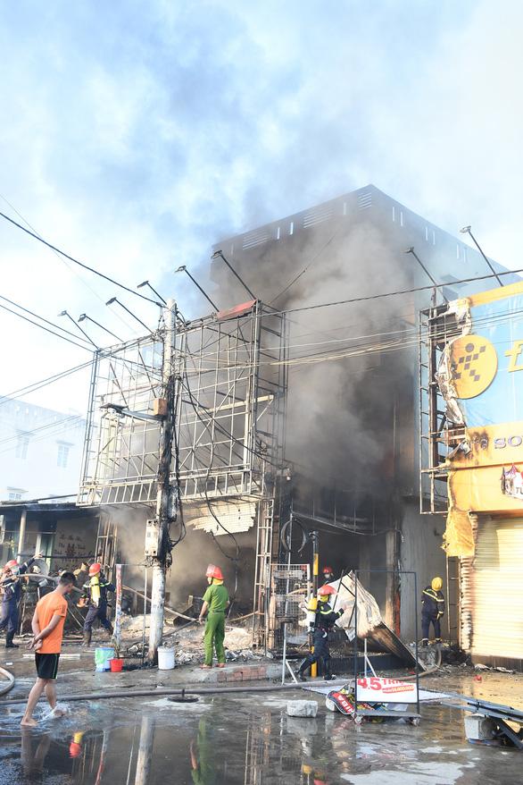 Trung tâm điện máy ở Phú Yên bị lửa thiêu rụi lúc sáng sớm - Ảnh 2.
