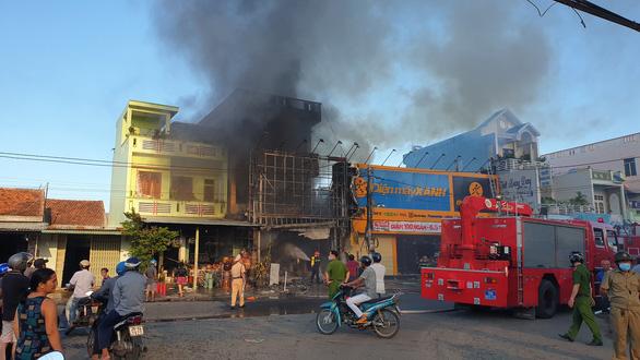 Trung tâm điện máy ở Phú Yên bị lửa thiêu rụi lúc sáng sớm - Ảnh 3.