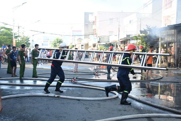 Trung tâm điện máy ở Phú Yên bị lửa thiêu rụi lúc sáng sớm - Ảnh 4.