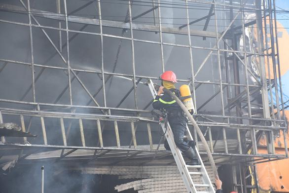 Trung tâm điện máy ở Phú Yên bị lửa thiêu rụi lúc sáng sớm - Ảnh 5.
