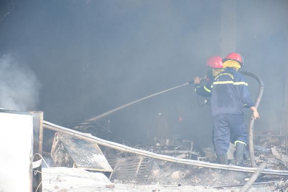 Trung tâm điện máy ở Phú Yên bị lửa thiêu rụi lúc sáng sớm - Ảnh 6.