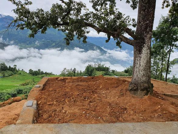 Lào Cai dỡ bỏ công trình đang thi công chòi ngắm cảnh ở cây song song Y Tý - Ảnh 2.