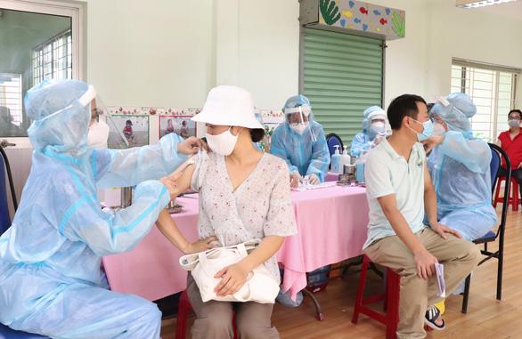Đi tiêm vắc xin phòng COVID-19, bị tiêm 2 mũi liên tiếp trong 30 phút - Ảnh 1.