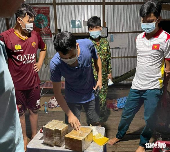 Thanh niên nhảy xuống sông bơi qua Campuchia, bỏ lại thùng nhựa chứa hơn 7kg ma túy - Ảnh 2.